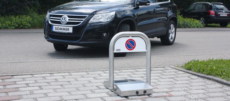 Park-Antriebssysteme_Parkplatzsperre-Domopark_einfahrendes-Auto_800x351px